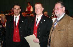 Im Namen des Alemannischen Musikverbandes konnte Hans-Peter Kummerer( rechts) beim Jahreskonzert der Trachtenkapelle Häg-hrsberg Jürgen Wassmer mit der Silbernen Ehrennadel des Verbandes für seine 25 jährige Aktive Mitgliedschaft in der Trachtenkapelle Häg-Ehrsberg auszeichnen. Auf dem Foto (links) Vorstandsmitglied Mike Zettler von der Trachtenkapelle. Foto: Rümmele